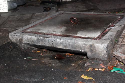 Cống thoát nước nơi Đạt bị kẹt chân. Thông thường miệng cống có rào sắt để chắn rác nhưng cái này không có.