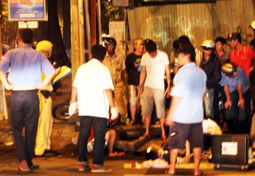 Cảnh sát giao thông cùng một xe cứu thương được điều tới hiện trường. Vì không có các dụng cụ chuyên dụng nên Đạt vẫn chưa thể được cứu ra khỏi khe cống thoát nước.
