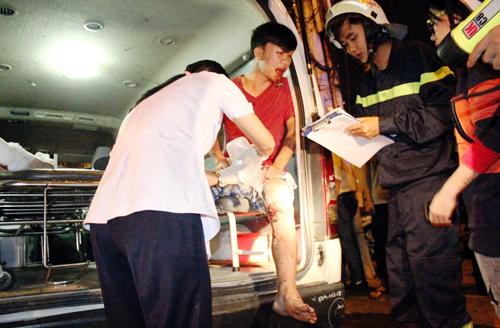 Đến 23h, sau khi được giải cứu ra khỏi cống, Đạt tự đi cà nhắc leo lên xe cứu thương để các y tá sơ cứu và được chở tới bệnh viện.