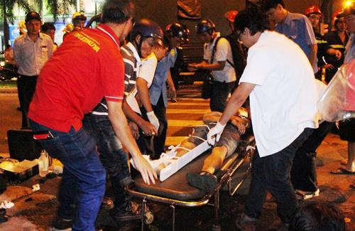 Trong khi đó, bạn của Đạt cũng được chở đi cấp cứu chung xe.