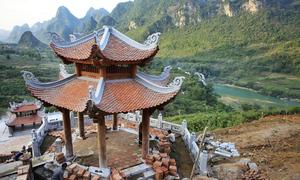Ngôi chùa bên thác Bản Giốc