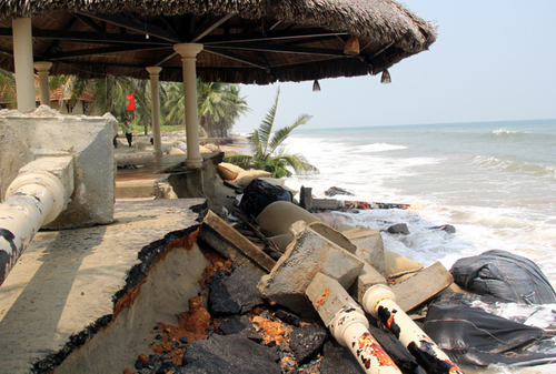 hiều ngôi nhà chòi tại các khu nghỉ dưỡng bị sóng biển đánh sát vào tận móng.
