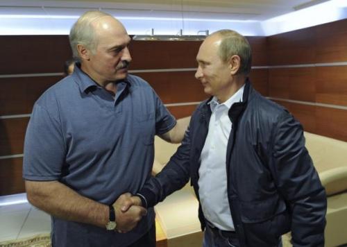 Tổng thống Belarus Alexander Lukashenko và người đồng cấp Nga Vladimir Putin trong cuộc gặp tại Minsk hồi tháng 5. Ảnh: Reuters