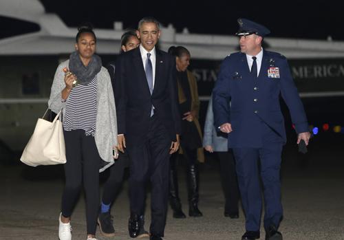 Gia đình Obama đến sân bay căn cứAndrews để đi Hawaii nghỉ lễ vào ngày hôm qua. Ảnh: Reuters
