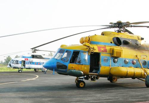 2 trong 3 trực thăng MI 171 của Trung đoàn 971 tiếp tục chuẩn bị bay ra biển tìm kiếm cứu nạn. Ảnh: Duy Khang