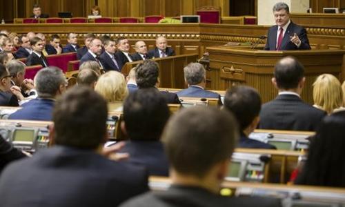 Tổng thống Ukraine Petro Poroshenko phát biểu trong một phiên họp quốc hội hồi tháng 11. Ảnh: Reuters.