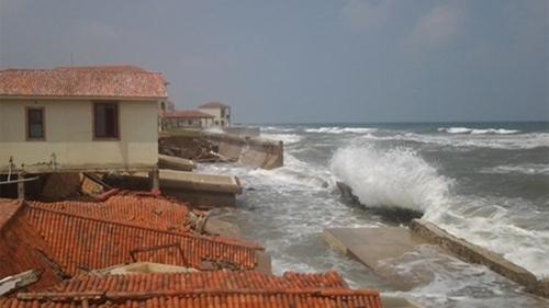 Resort Fusion Alya ở ven Cửa Đại (Hội An) bị nhấn chìm xuống biển. Ảnh: L.Đ.Dũng
