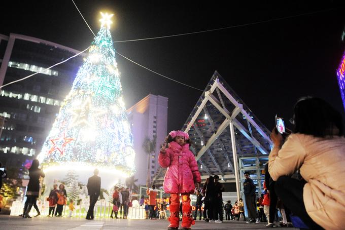 Biển người đổ về trung tâm Hà Nội trong tối Giáng sinh