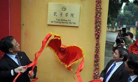 """Lễ gắn biển """"Học viện Khổng Tử"""" tại Đại học Hà Nội. Ảnh: VGP/Từ Lương"""