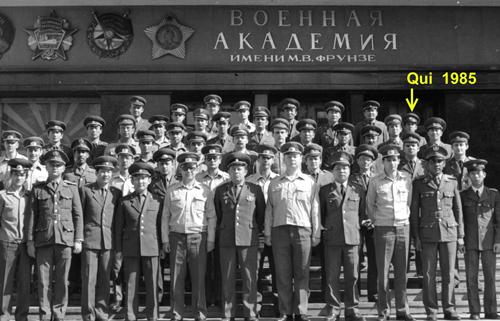 Ông Quí (mũi tên) và ông Huebner cùng các học viên trường Học viện Lục quân M.W