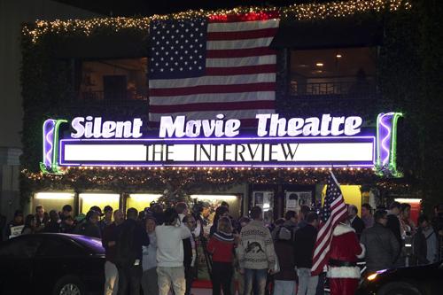 """Khán giả xếp hàng mua vé """"The Interview"""" ở rạpSilent Movie,Los Angeles, California, nửa đêm 24/12. Ảnh: Reuters"""