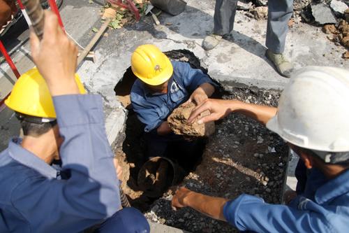 nhân viên Công ty thoát nước đô thị TP HCM có mặt xử lý. Ảnh: An Nhơn