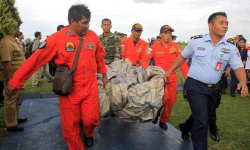Tìm thấy nhiều thi thể và mảnh vỡ từ máy bay AirAsia