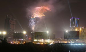 Sài Gòn rực sáng pháo hoa mừng năm mới