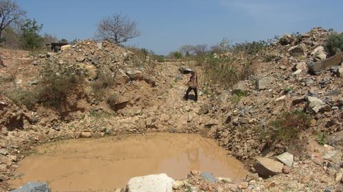 Nhiều vết tích loang lỗ sau khi bị cày xới vì kho báu 4.000 tấn vàng trên núi Tàu hiện nay. Ảnh: Hoàng Trường