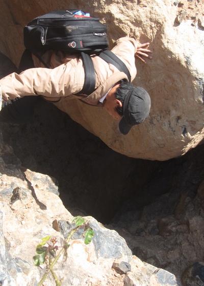 Khe nứt được đơn vị tìm kiếm cho là cửa hang vào kho báu. Ảnh: Hoàng Trường