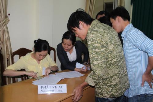 Các công nhân nhận vé xe miễn phí về quê ăn tết năm 2014. Ảnh: Hoàng Trường