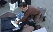 Đàm Vĩnh Hưng bật valy 'khoe' hàng hiệu giữa vỉa hè Italy