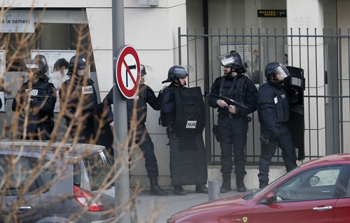 Members of the French police forces secure the area next to the post office in Colombes outside Paris, were an armed gunman is holding hostages January 16, 2015. REUTERS/Gonzalo Fuentes (FRANCE - Tags: POLITICS CRIME LAW)