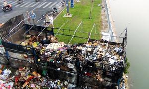Ôtô tải chở hàng bốc cháy trên đại lộ Võ Văn Kiệt