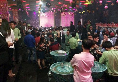 Lúc này, bên trong bar vẫn còn hơn 200 người đang vui chơi trong ánh đèn mờ ão. Phát hiện cảnh sát, nhiều dân chơi ném vội những túi ma túy, dao xuống gầm bàn để phi tang.
