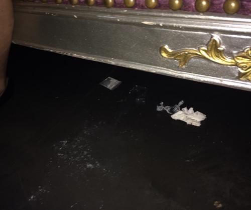 Qua kiểm tra tại nhiều khu vực bàn VIP, cảnh sát đã thu giữ 4 gói ny lông, 2 ống nhựa, chứa bột màu trắng nghi ma túy, 20 viên nén và 7 mảnh vỡ của ma túy tổng hợp, dao xếp&