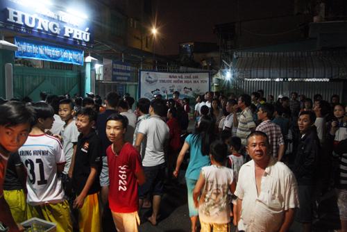 Hàng trăm người theo dõi cảnh sát lùng kẻ sát nhân trong trường tiểu học Hưng Phú. Ảnh: An Nhơn