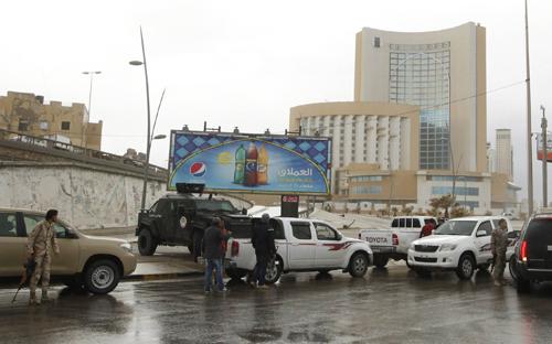 Lực lượng an ninh bao vây khách sạn 5 saoCorinthia ở thủ đô Tripoli sau vụ xả súng. Ảnh: Reuters