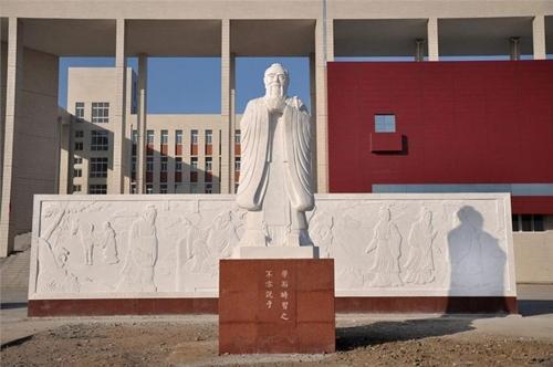 Tượng Khổng Tử tại  trường trung học số 1. Ảnh: ChinaDaily