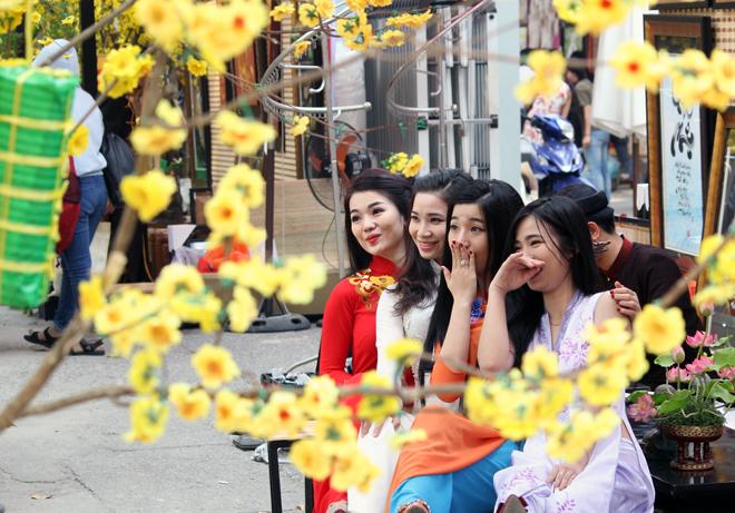 Người Sài Gòn xuống phố chụp ảnh cùng mai, đào tết