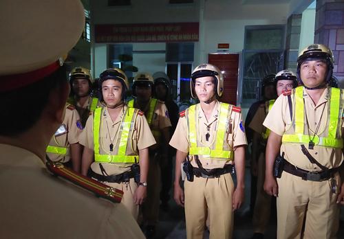 Đêm 6/2, Phòng CSGT TP HCM phồi hợp 113, cơ động lập nhiều chốt trên địa bàn để phòng ngừa đua xe trái phép và kiểm tra hành chính sau 23h. Đây là hoạt động thường xuyên của lực lượng cảnh sát trong tháng cao điểm trước tết Nguyên đán.