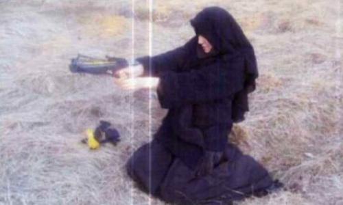 bức ảnh một người phụ nữ được cho là Boumeddiene mặc trang phục Hồi giáo,