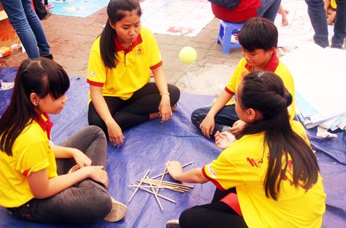 Trong khi các bạn nam thích thú với trò cảm giác mạnh như nhảy sạp thì các em nữ chơi banh đũa.