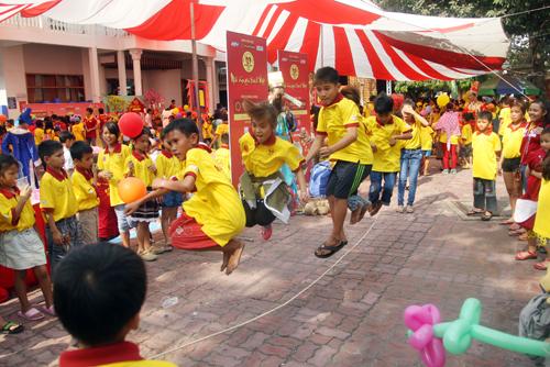 Trò nhảy dây cũng thu hút nhiều em tham gia.