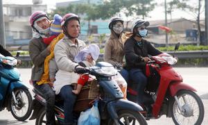 Người dân ùn ùn về thành phố sau Tết