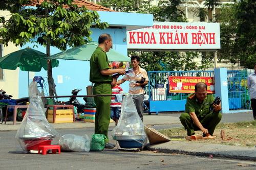 Công an tỉnh Đồng Nai khám nghiệm hiện trường vụ án mạng khiến người phụ nữ bán hàng rong tử vong. Ảnh: Hoàng Trường