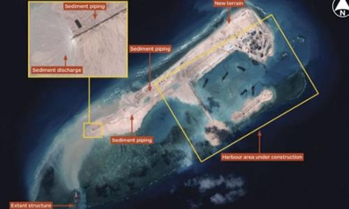 Hoạt động xây dựng của Trung Quốc ở bãi đá Chữ Thập hôm 14/11. Ảnh: IHS Jane's