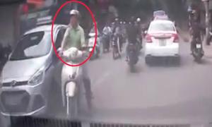 2 thanh niên lôi tài xế ra đánh sau khi va chạm taxi