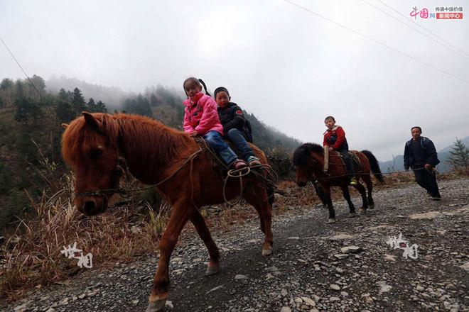 Những đứa trẻ đến trường trên lưng ngựa