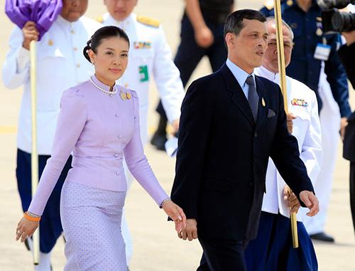 Cựu vương phiSrirasmi và Thái tửVajiralongkorn năm 2006. Ảnh: Reuters
