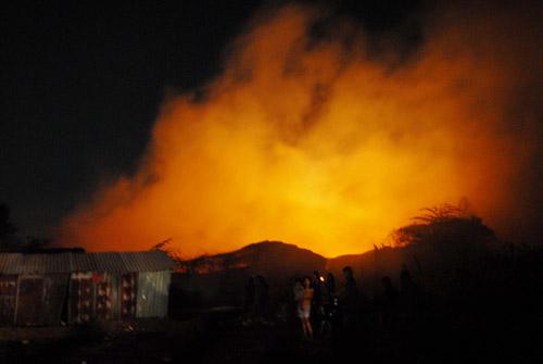 Biển lửa bao trùm nhà xưởng khi lực lượng cứu hỏa có mặt. Ảnh: An Nhơn