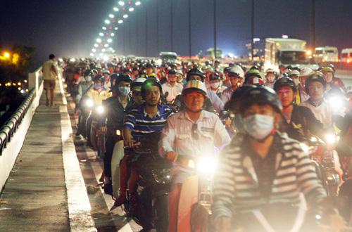Vụ việc khiến làn xe máy cầu Sài Gòn hướng về quận 2 bị ùn tắc. Ảnh: An Nhơn