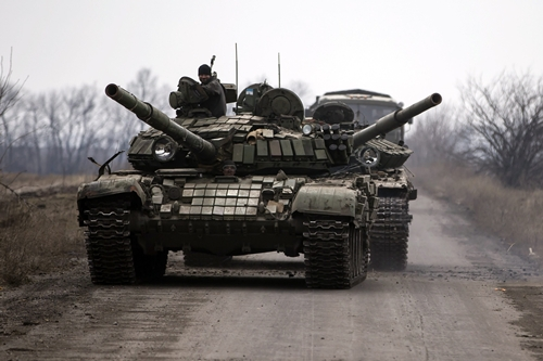 Pro-Russian rebels transport a damaged tank in the village of Chornukhyne near the town of Debaltseve, north-east from Donetsk, March 12, 2015. REUTERS/Marko Djurica (UKRAINE - Tags: POLITICS CIVIL UNREST CONFLICT MILITARY)