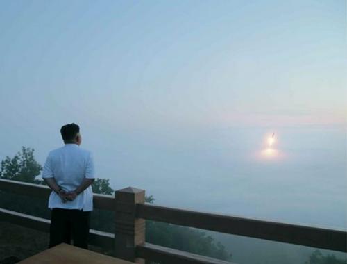 Lãnh đạo Triều Tiên Kim Jong-un thị sát một cuộc tập trận phóng tên lửa. Ảnh: KCNA.