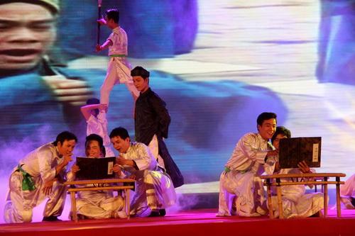 Trường học đầu tiên xứ Nam bộ được tái hiện trên sân khấu trong lễ kỹ niệm 300 năm Văn miếu Trấn Biên. Ảnh: Hoàng Trường