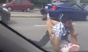 Hai tài xế ôtô đánh nhau vì va chạm rồi bắt tay giảng hòa