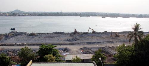 """Một góc đại công trường trên sông của dự án """"Cải tạo cảnh quan và phát triển đô thị ven sông Đồng Nai"""". Ảnh: Hoàng Trường"""