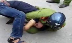 Cảnh sát khống chế người vi phạm giao thông trên phố