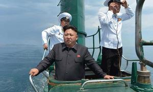 Sách Triều Tiên khẳng định Kim Jong-un biết lái xe từ 3 tuổi