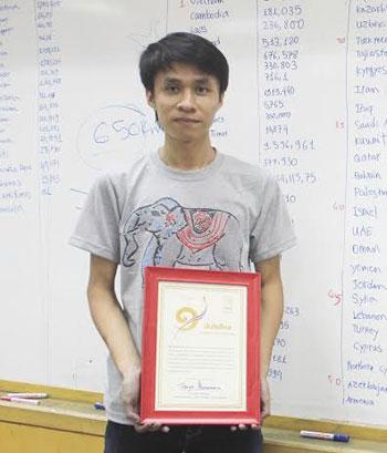 Vũ nhận giấy chứng nhậnxác lập kỷ lục về trí nhớ củaSách Kỷ lục Thái Lan.Ảnh:Thailand book of records